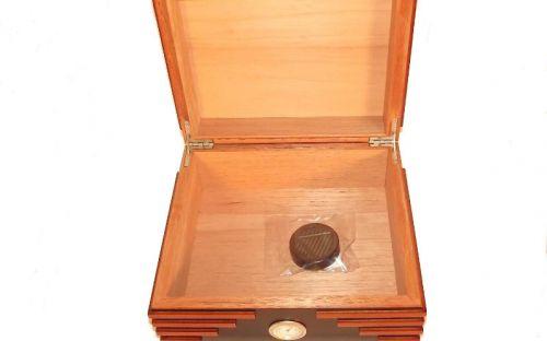 Humidor 40 szál szivar részére, cédrusfa szivartartó doboz, párásító és külső hygrometer - fekete/barna