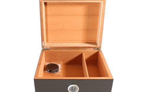 Humidor 30 szivar részére, Carbon bevonatos, cédrusfa szivartartó doboz, párásítóva és külső hygrometerrel