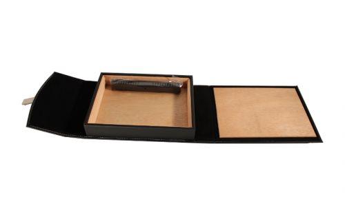 Utazó humidor -  fekete bőr, cédrusfa szivartartó doboz, párásítóval - pántos