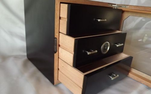 Humidor 80 szivar részére, fekete szivar tartó szekrény, külső hygrometer, üveg ajtó