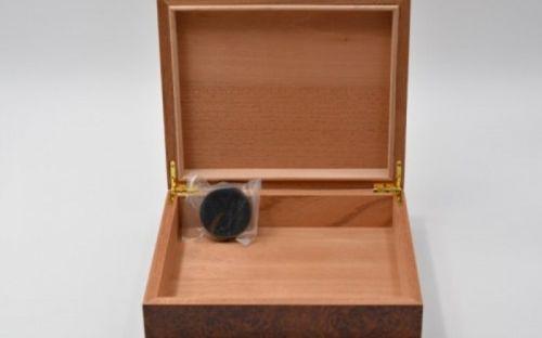Humidor 25 szál szivarnak, gyökérmintás barna színű, párásítóval
